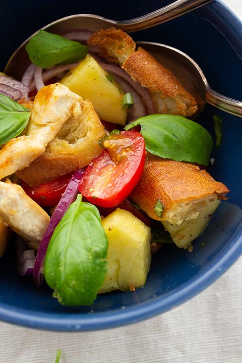 Tomaten-Ananas-Brotsalat mit gebratenen Hühnerfiletstreifen nach Johann Lafer
