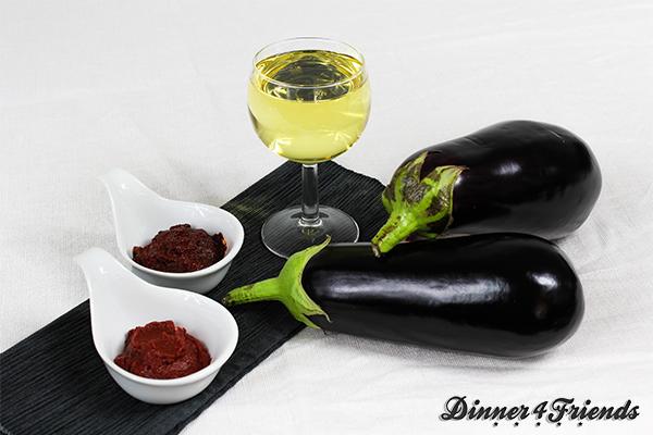 Auberginen-Antipasti ist in unserer Küche inzwischen ein Klassiker. Sie dient als Grundlage für Pasta-Saucen, verfeinert Salate und ersetzt mit Oliven und frischen Ciabatta auch mal eine Brotzeit - und viele Zutaten braucht man nicht dafür!
