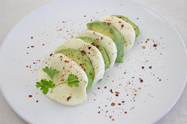 Mozzarella mal anders: Als Salat mit Avocado und Mozzarella - einfacher gehts gar nicht!
