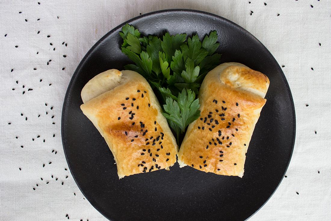Börek mit Spinat und Schafskäse gefüllt.