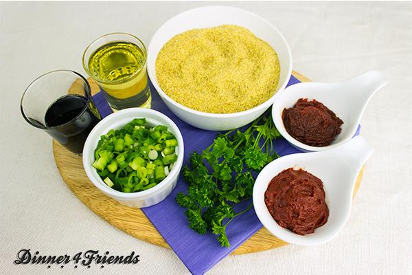 Jeder verwendet für Bulgur-Salat eine eigene Gewürzmischung: Scharfe Paprikapaste, Koriander, Petersilie, Lauchzwiebeln, Granatapfel-Essig, Pfeffer sind die üblichen Verdächtigen.