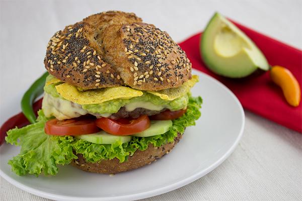 Alles, was ich auf einem guten Burger brauche: gutes Rinderhack, Käse, Guacamole und Nachos für den extra Crunch!