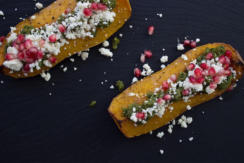 Einfach vegetarisch: Geschmorter Kürbis mit Pesto, Feta und Granatapfelkernen.