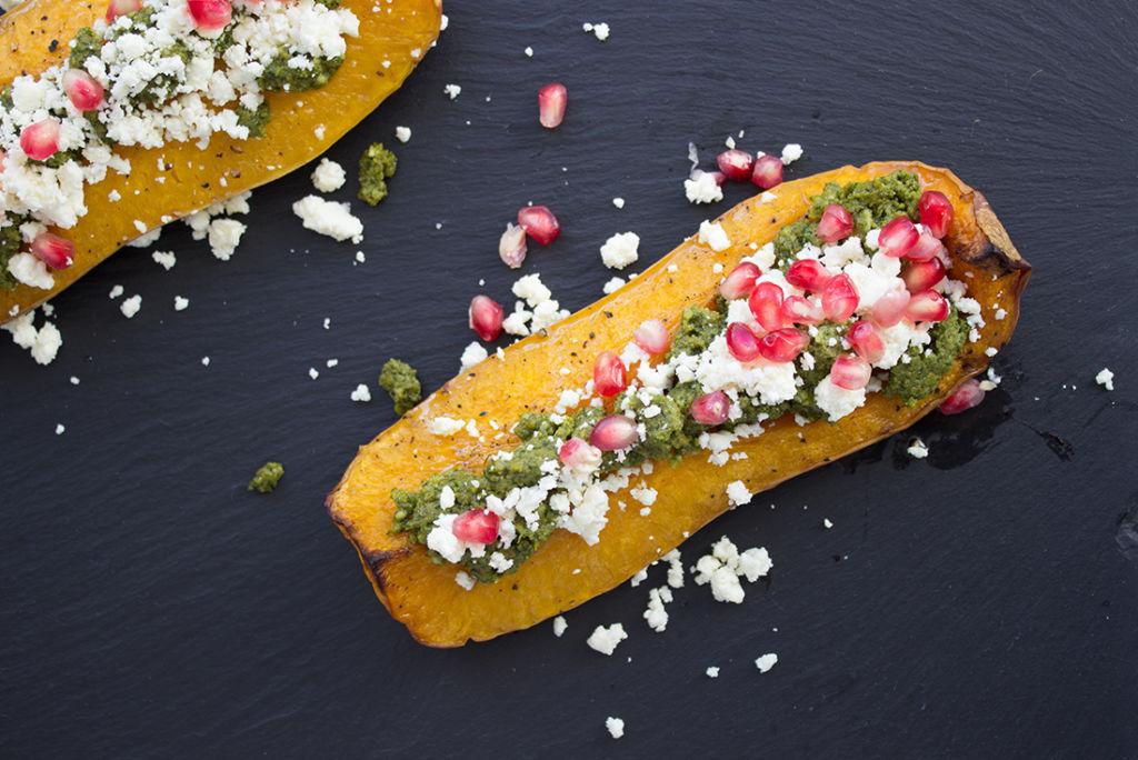 Abwechslung zur Kürbissuppe: Geschmorter Kürbis mit Pesto, Feta und Granatapfelkernen.