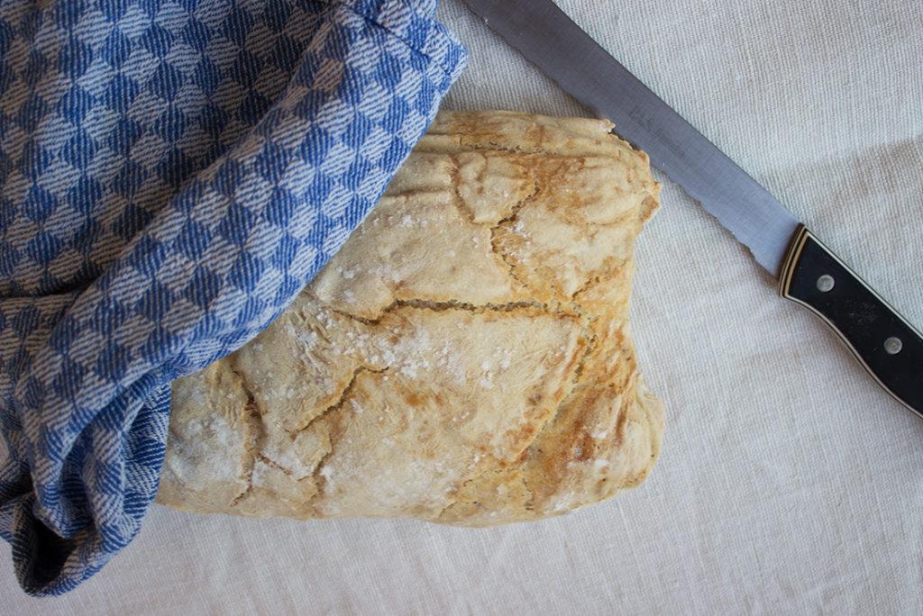 Ciabatta lässt sich mit getrockneten Oliven, schwarzen Oliven, Peperoni oder Walnüssen verfeinern.