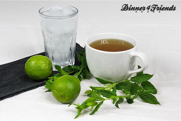 Für den alkoholfreien Cocktail Green Tea Mojito braucht es nicht viel: Mineralwasser, Eis, Limette, Pfefferminze und etwas Grünen Tee, er schmeckt aber umso leckerer und erfrischt wie ein Eistee.