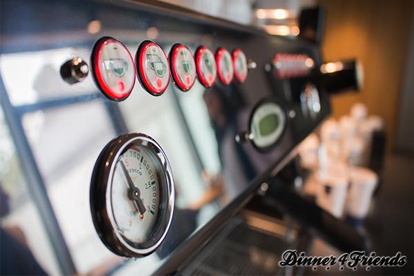 Für eine solche Espressomaschine hat man zuhause kaum Platz, aber der Espresso schmeckt traumhaft damit.