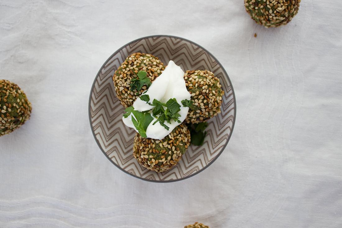 Orientalisch, vegan, lecker und einfach selbst gemacht: Falafel mit Sesamkruste.