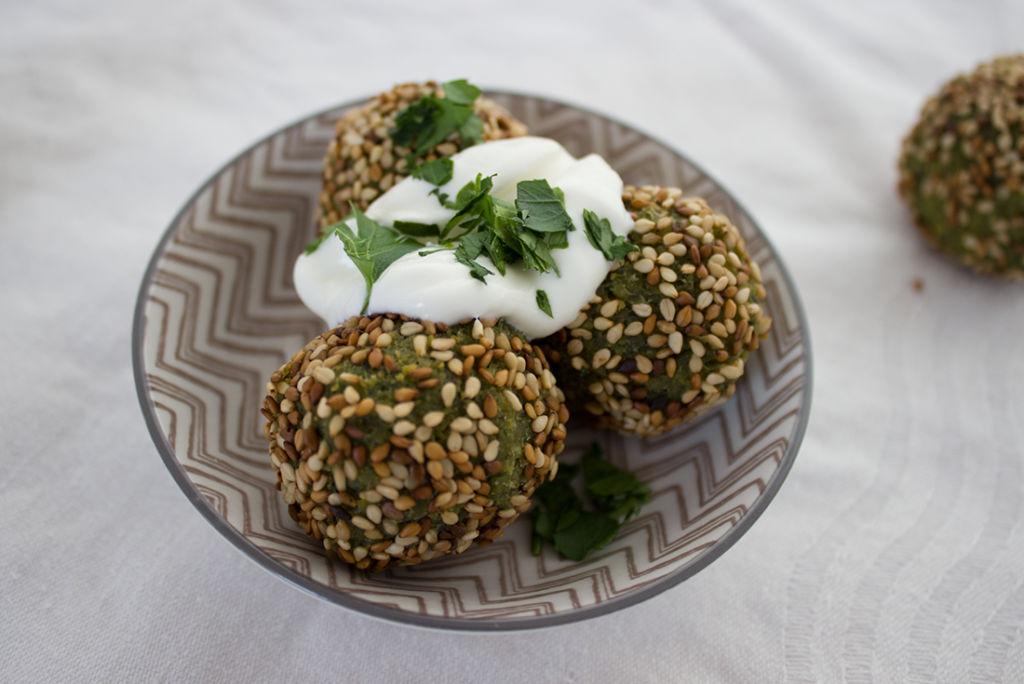 Falafel aus Kichererbsen und Petersilie in Sesamkruste.