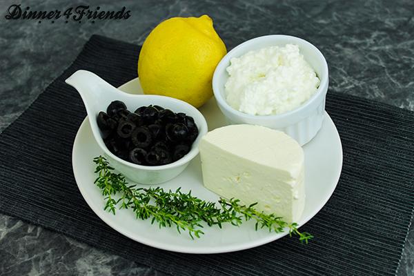 Viele Zutaten braucht man für den Feta-Oliven-BRotaufstrich nicht - die Mischung schmeckt vor allem im Sommer zur Brotzeit wahnsinnig lecker.