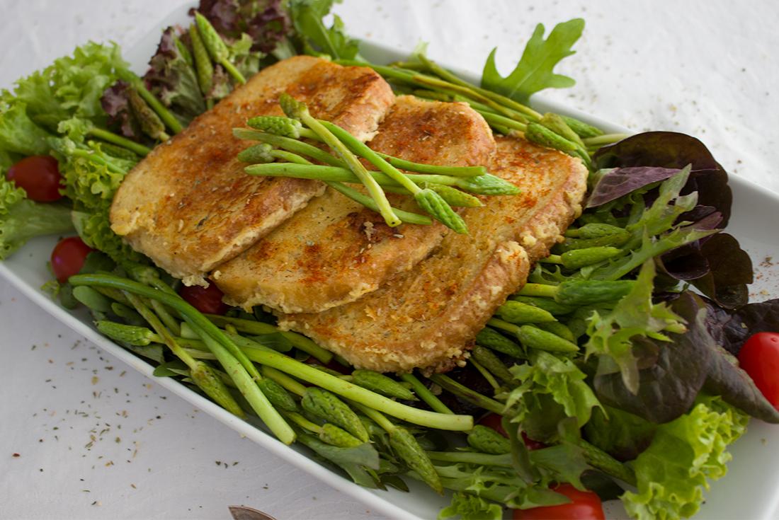 Einfach gut: gebackenes Käsebrot mit Salat.