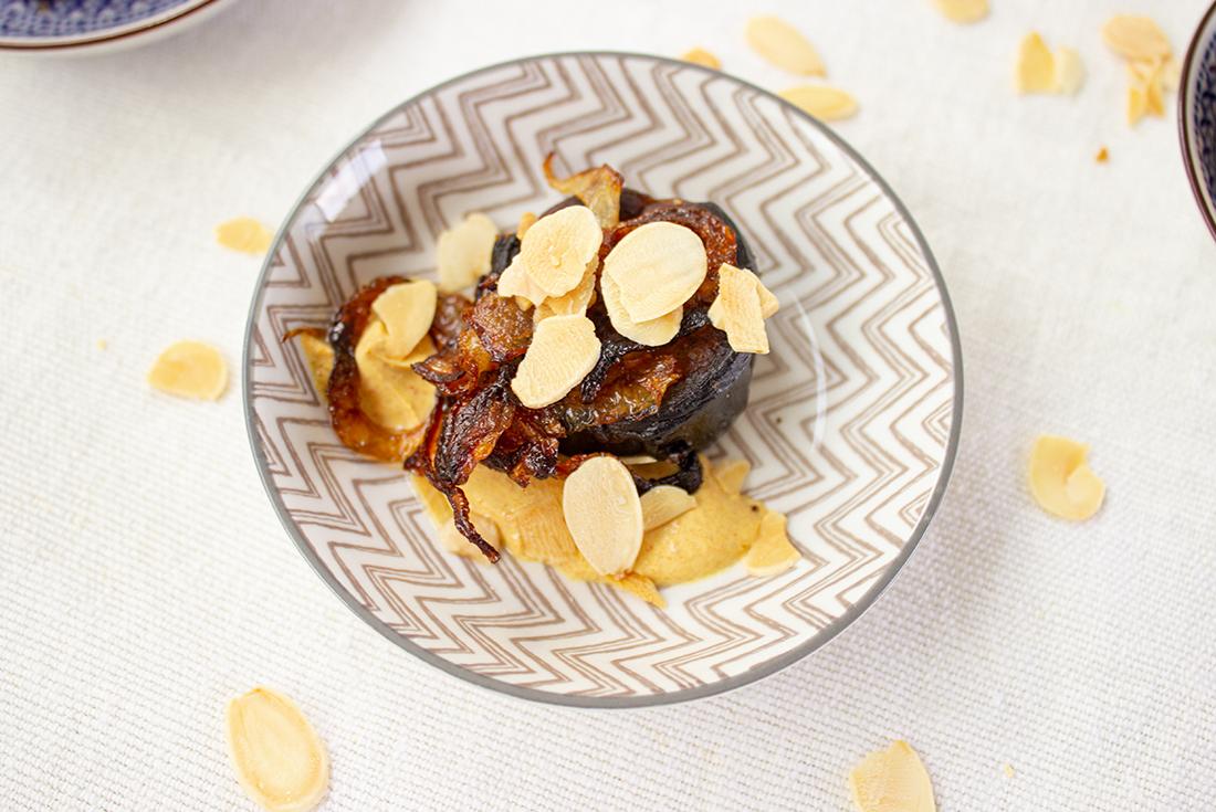 Gegrillte Aubergine mit Curry-Joghurt und Mandeln