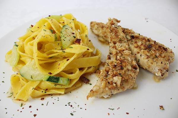 Hähnchenfilets in Mandelkruste mit Prosecco-Sauce und Zucchini-Tagliatelle
