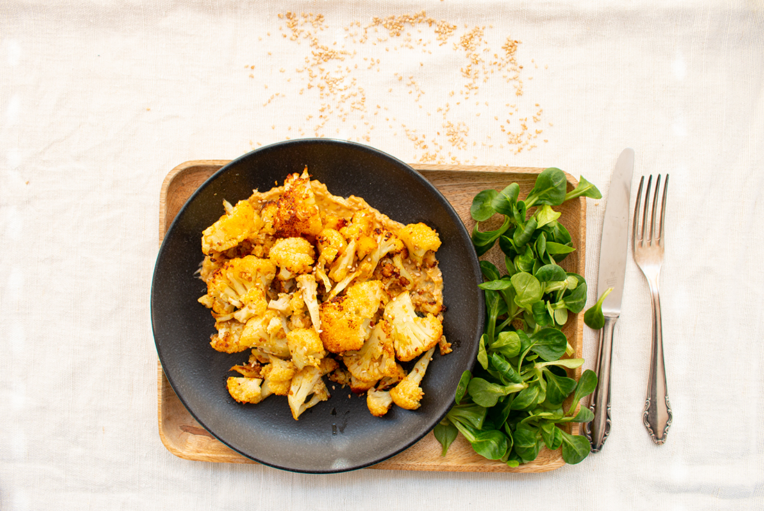 Harissa-Blumenkohl mit Sesam-Sauce