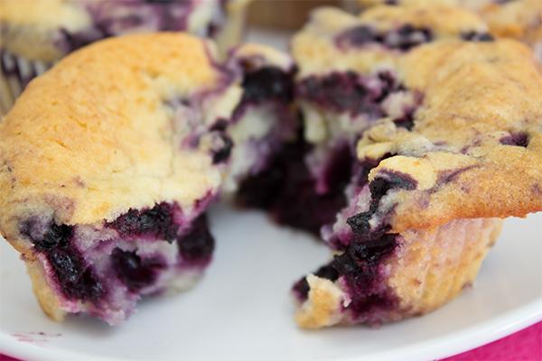 Heidelbeer Muffins wie ich sie mag: innen schön saftig und fluffig, mit einem erfrischenden Heidelbeer-Geschmack!