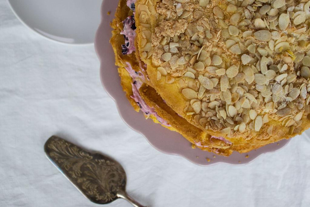 Vierstöckige Festtagstorte (Naked Cake mit Heidelbeeren)