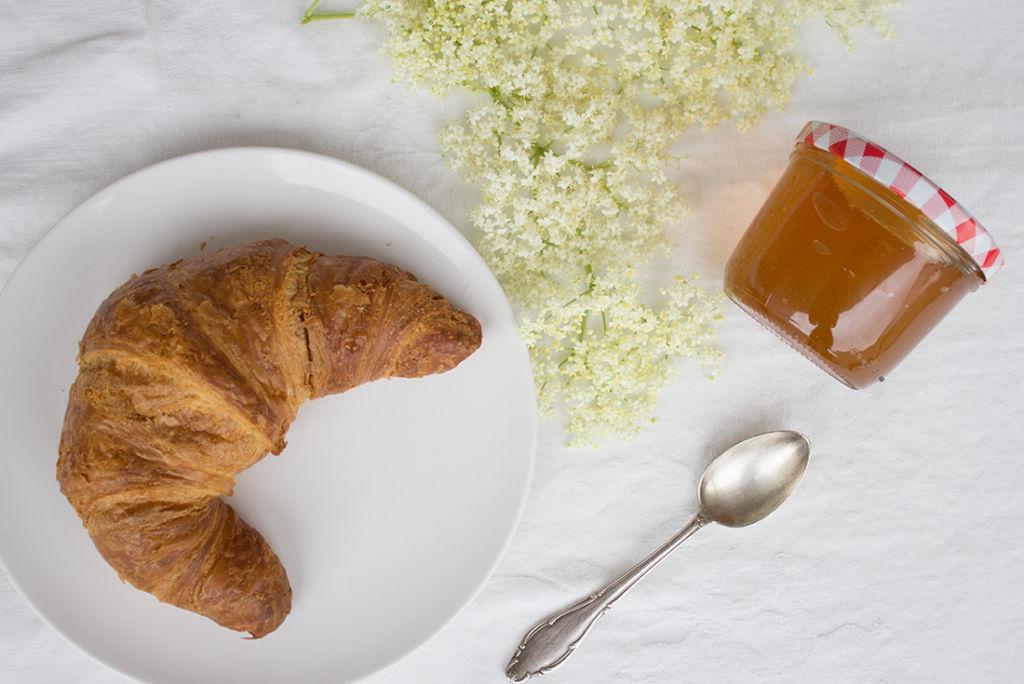 Holunderblütengelee selbst gemacht passt am besten zu einem lauwarmen Croissant.