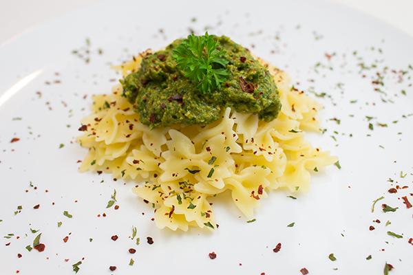 Das vegane Rucola-Pesto schmeckt lecker, erfrischend und dank der Champignons und getrockneten Tomaten fehlt auch der Parmesan-Geschmack nicht.