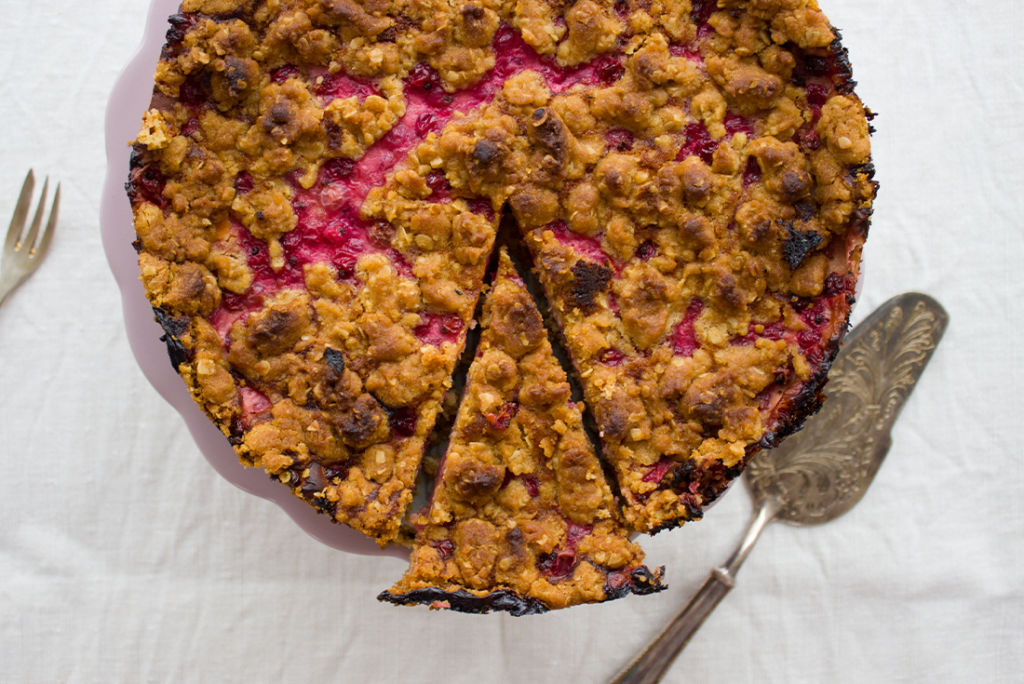 Saftig, nussig und leicht säuerlich: Johannisbeer-Quark-Streuselkuchen
