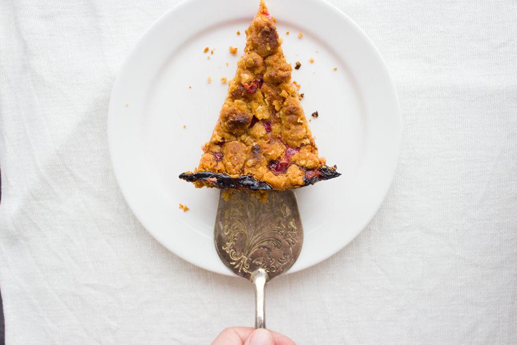 Ohne Ei, dafür mit Haferflocken und Dinkelmehl: Johannisbeer-Quark-Streuselkuchen.