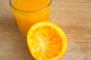 Orangensaft für die Kaki-Marmelade