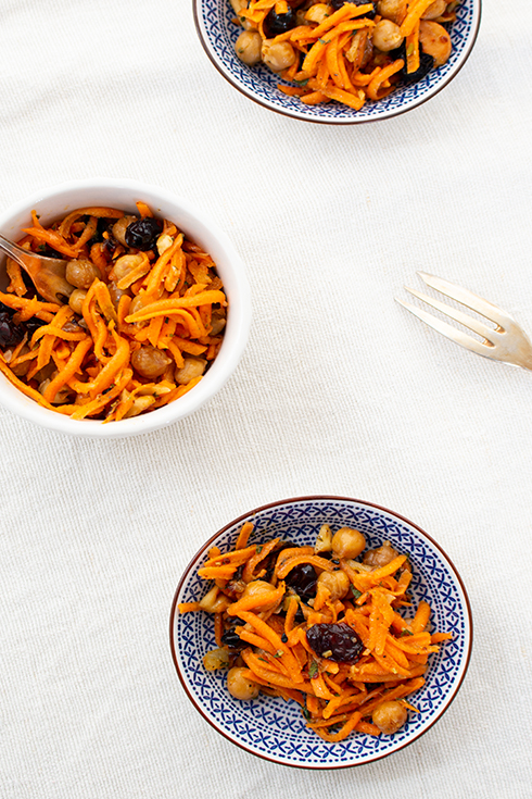 Karottensalat mit gerösteten Kichererbsen und Cranberries
