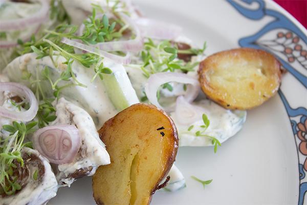 Ein raffinierter Kartoffelsalat, der schmeckt und Eindruck schindet. Obwohl er ganz einfach geht!