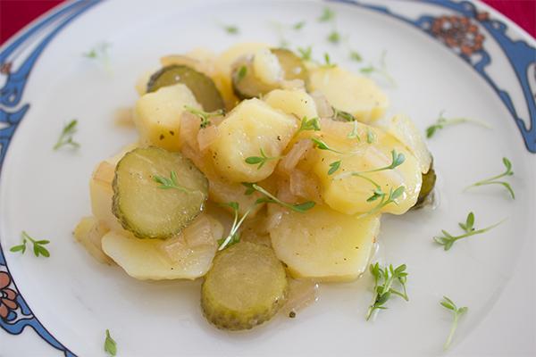 Kartoffelsalat ohne Mayo, dafür mit gaaaaanz viel Geschmack. Unser Beilagen-Klassiker!