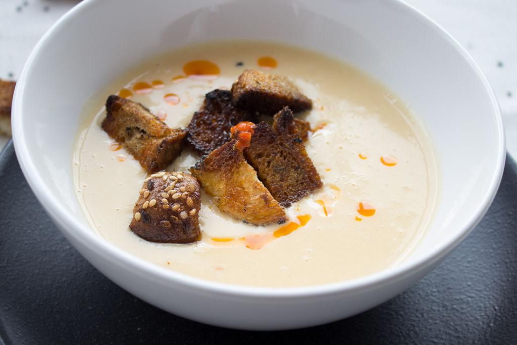 Schnell gemacht und super lecker: Kohlrabisuppe mit Harissa-Öl und Croutons.