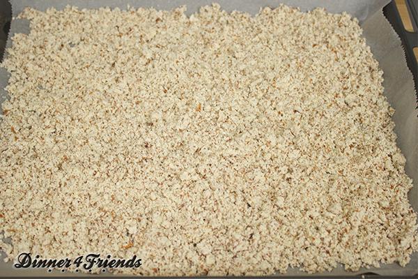 Das Mandelmehl ist ein Nebenprodukt beim Mandelmilch selbst machen. Ich habe es noch getrocknet und verwende es zusammen mit Weizenmehl (je halb und halb) ganz normal zum Backen. Ist ja gesund und auch Low Carb.