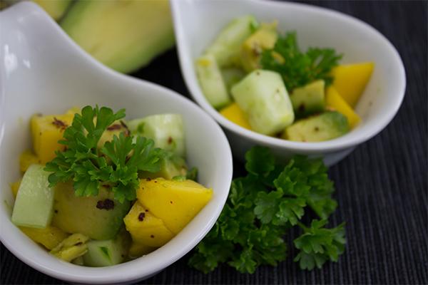 Mango-Avocado-Gurkensalat: Asiatisch, leicht und fruchtig, ein perfekter Begleiter zum BBQ!