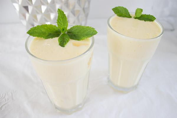 Ein kühler, frischer Mango-Smoothie macht auch am Montagmorgen wach und fit für die Woche!