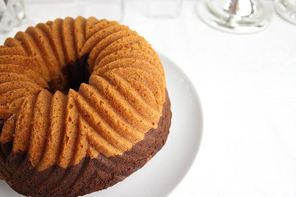Dieses Rezept für Marmorkuchen gelingt immer und dank der filigranen Form braucht man keine weitere Deko.