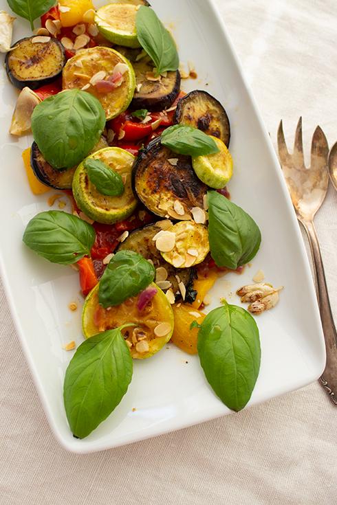 Einfach perfekt als Beilage zum BBQ: mediterraner Grillsalat nach Johann Lafer
