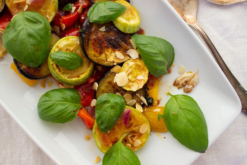 Einfach perfekt als Beilage zum BBQ oder zur sommerlichen Brotzeit abends: mediterraner Grillsalat nach Johann Lafer