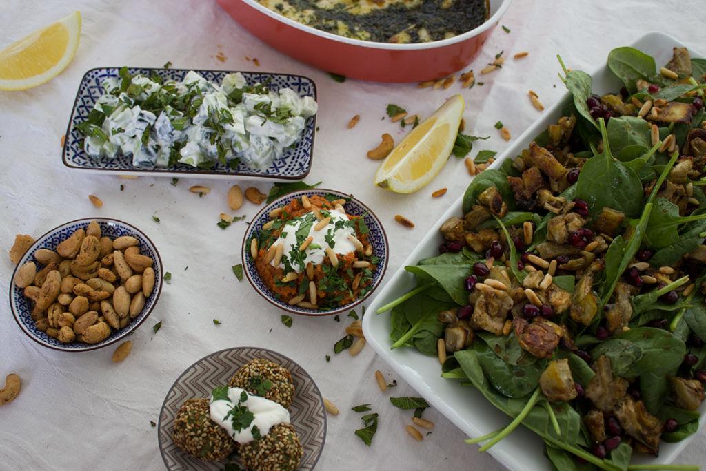 Der Spinatsalat macht sich auch wunderbar auf dem Mezze-Tisch.