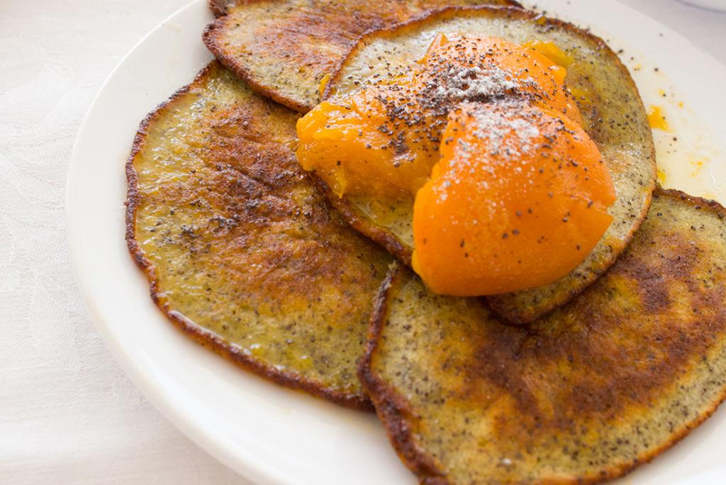 Wunderbar zum Sonntagsfrühstück: Mohn Pancakes mit Marillenröster.