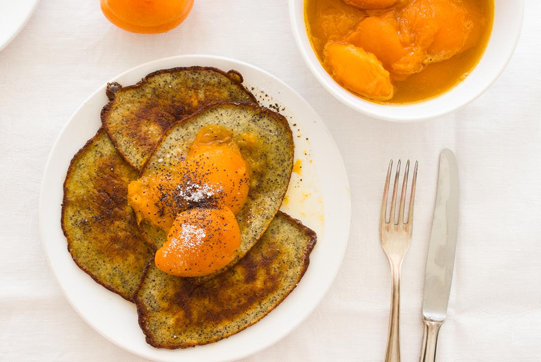 Buttermilch, dazu ein Marillenröster. Einfach geniales Sonntagsfrühstück.