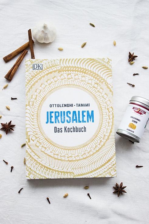 Das Jerusalem-Kochbuch ist der ständiger Begleiter in der Sommerküche.