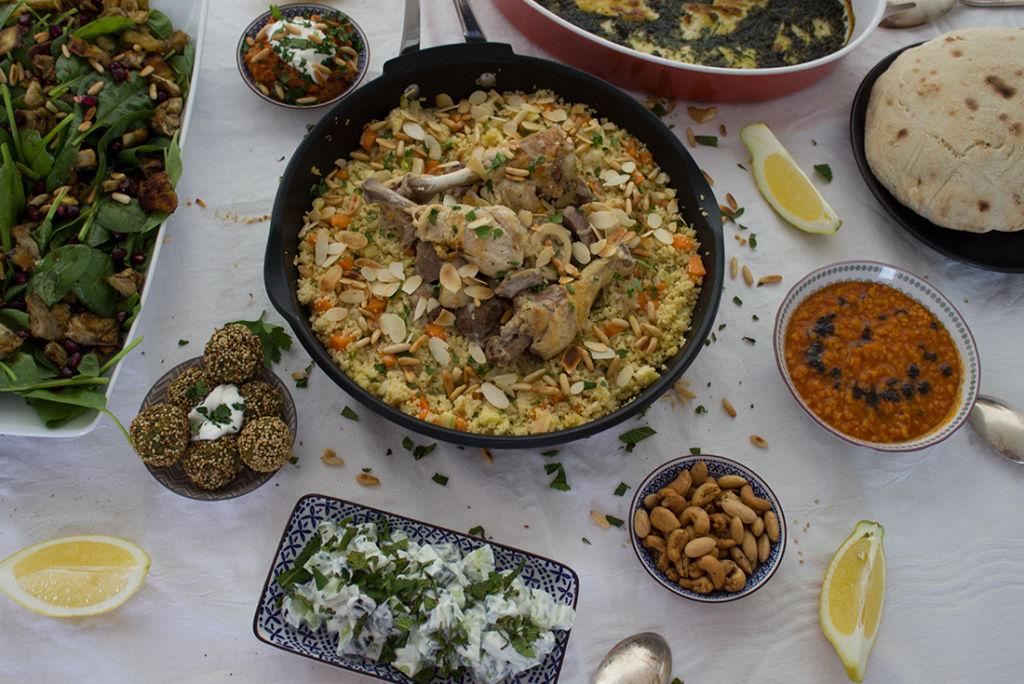 Sonntagsessen à la Orient: Gemüse-Couscous mit Schmorfleisch. Mezze, Brautsuppe und Zatar-Nüsse zum Snacken.