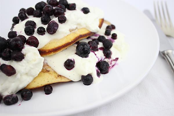 Pancakes mit Heidelbeeren und Sahne-Quark-Creme.