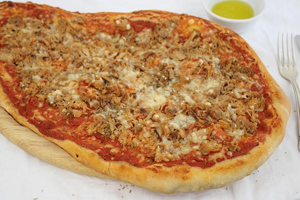 Pizza mit Thunfisch und dem wahrscheinlich besten Hefeteig der Welt!