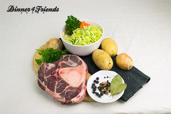 Die Zutatenliste für die Rinderkraftsuppe ist überschaubar: Beinscheiben vom Rind sind die Hauptdarsteller. Die Menge und Zusammensetzung des Gemüse wie Lauch, Karotten, Sellerie, Zwiebeln und Kartoffeln lässt sich je nach Geschmack leicht variieren.