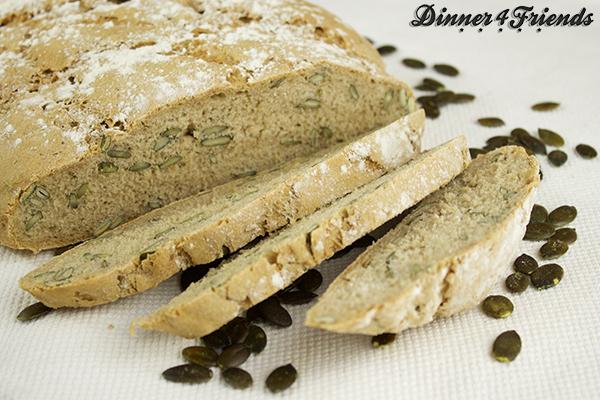 Das Roggenbrot mit Kürbiskernen besteht zwar aus Hefeteig, trotzdem können auch Back-Anfänger das Brot ganz leicht nachbacken.