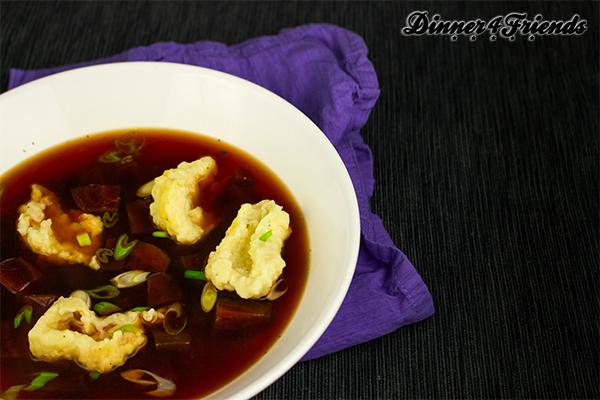 Die Rote-Beete-Suppe sieht gewöhnungsbedürftig aus - schmeckt aber sehr lecker! Und nach einer durchzechten Nacht gibt es nichts besseres!