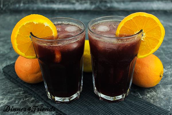 Ob mit oder ohne Alkohol - frische, selbst gemachte, eisgekühlte Sangria ist ein Hochgenuss im Sommer!
