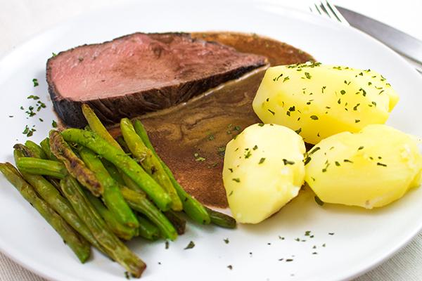 Schmorbraten mit grünen Bohnen und Salzkartoffeln: Ein leckerer Klassiker, bei dem eigentlich nichts schief gehen kann.