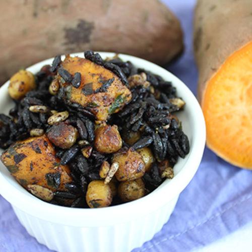 Schwarzer Reissalat mit Kichererbsen und Süßkartoffel