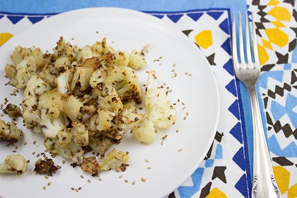 Ein Rezept für Blumenkohl, das schmeckt? Kein Problem für uns! Bitteschön: Gebratener Blumenkohl mit geröstetem Sesam. Guten Appetit!