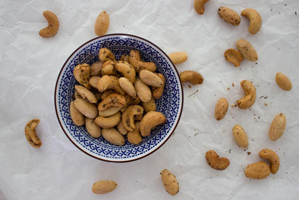 Perfekt zum Snacken: geröstete Nüsse mit Zatar.